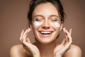 Moisturizing step of Do's and Don'ts for skincare